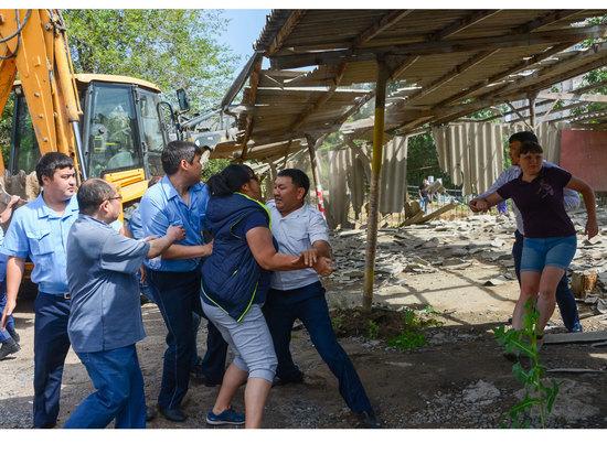 В Алматы разгорелась жаркая борьба вокруг автомобильных парковок