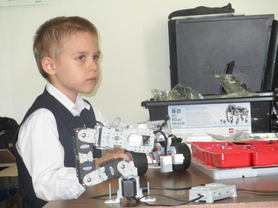 В Казахстане родители детей с нарушением слуха своими усилиями создали школу робототехники